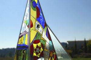 """Escultura en vidrio, acero y granito. """"Xardín das Lembranzas"""". Cementerio de Lugo."""